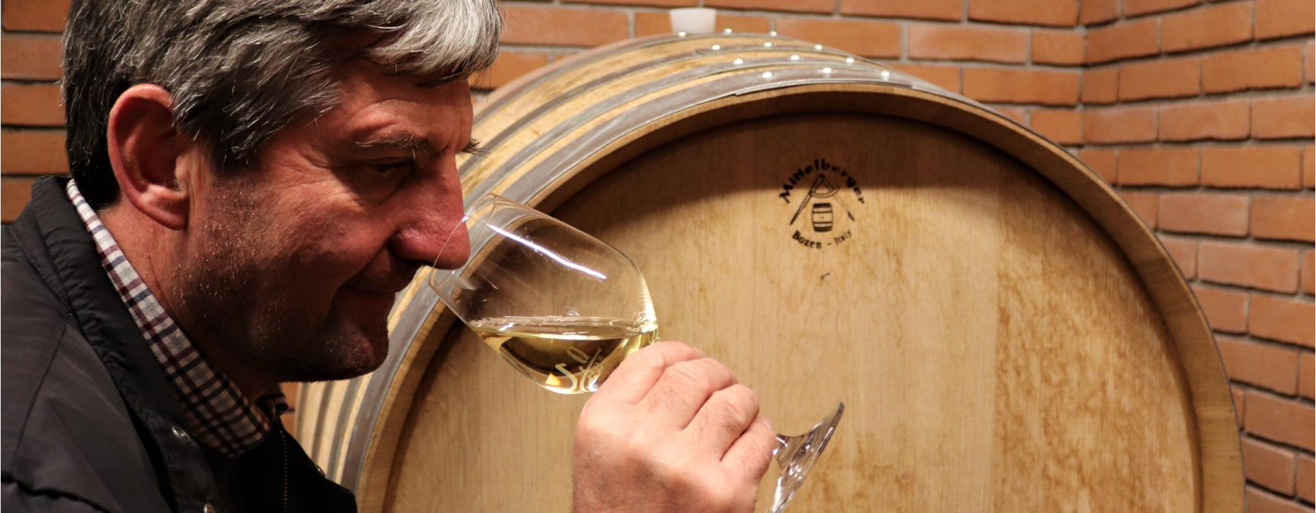 Dorfmann Thomas Weinverkostung vor dem Holzfass